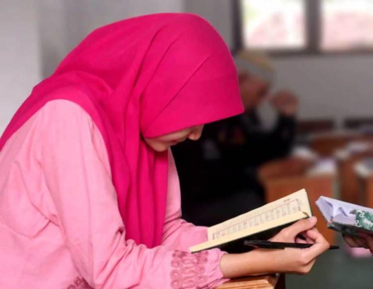 Keutamaan Belajar Al-Quran dan Pahala Orang-orang yang Senantiasa Membaca Al-Quran