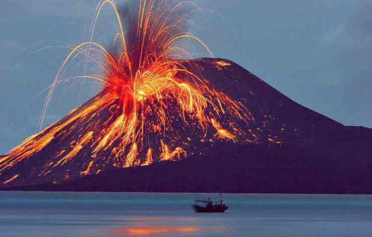 gunung krakatau meletus