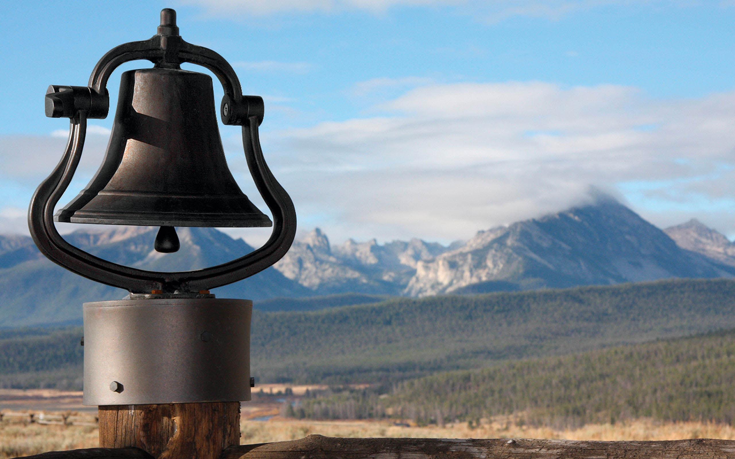 alat komunikasi lonceng besi