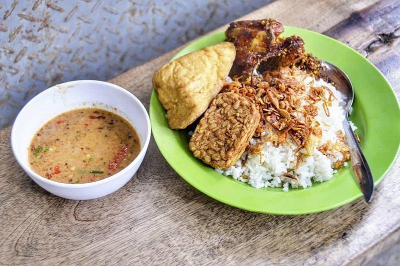 makanan pokok khas betawi nasi uduk